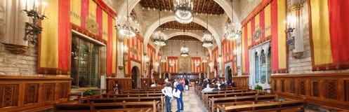 Panorama de hall antique dans l'hôtel de ville de Barcelone Photos stock