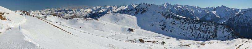 Panorama de Hautes los Pirineos de los tops del santo Larry Soulan Ski Fotos de archivo libres de regalías
