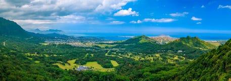 Panorama de HDR sobre las montañas verdes del puesto de observación de Pali del uanu del ` de NU en Oah fotografía de archivo libre de regalías