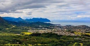 Panorama de HDR sobre las montañas verdes del puesto de observación de Pali del uanu del ` de NU en Oah imagen de archivo libre de regalías