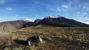 Panorama - de herfst vulkanisch landschap van het Schiereiland van Kamchatka stock foto's