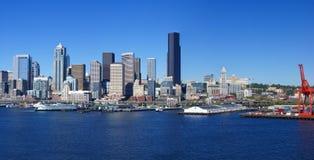 Panorama - de horizon van de waterkant van Seattle, met veerboot en werf Stock Foto