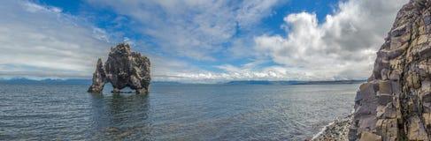 Panorama de Hvitserkur, formation de roche dans le fjord de Hunafjordur, glace Photos stock
