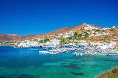 Panorama de Ios Chora e porto velho, Cyclades, Grécia foto de stock royalty free