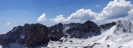 Panorama de jour ensoleillé neigeux de montagnes au printemps Images libres de droits