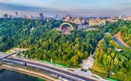 Panorama de Kiev avec l'amitié de la voûte de nations et du monument vers les droites de Magdebourg - Ukraine Images libres de droits
