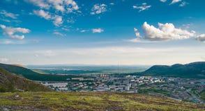 Panorama de Kirovsk pendant l'été photographie stock