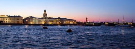 Panorama de Kunstkamera et de Neva, St Petersbourg photographie stock libre de droits