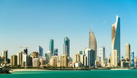 Panorama de Kuwait City dans le golfe Persique photo stock
