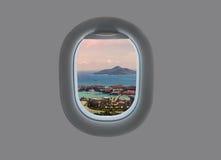Panorama de l'île de Mahe dans la fenêtre plate Les Seychelles tropicales dans la fenêtre d'avion Photos libres de droits