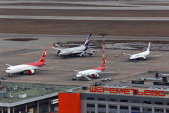Panorama de l'aéroport international de Sheremetyevo pris de l'hélicoptère avec la diverse position d'avions Photos libres de droits