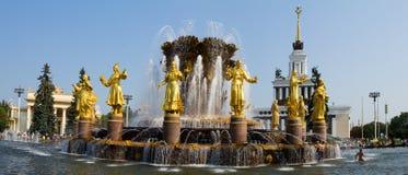 Panorama de l'amitié de fontaine des peuples en parc de VDNH à Moscou Russie Image stock