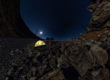 Panorama de l'homme à la tente sur la plage en pierre sur le rivage du lac Baika Photographie stock libre de droits