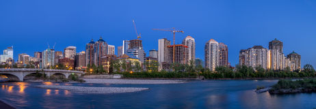 Panorama de l'horizon de Calgary le long de Louise Bridge Images stock