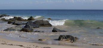 Panorama de l'océan éclaboussant sur les roches Photographie stock