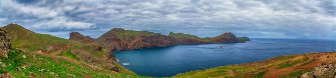 Panorama de l'océan, des montagnes vertes et du ciel Image stock
