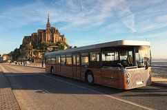 Panorama de la abadía antigua de Mont Saint Michele por una mañana hermosa de la primavera El autobús especial trajo a los primer Imagenes de archivo