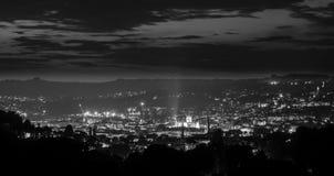 Panorama de la abadía y de la ciudad del baño en la noche desde arriba Foto de archivo libre de regalías