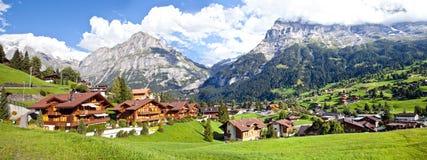 Panorama de la aldea de Grindelwald imagen de archivo libre de regalías