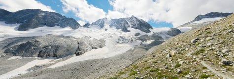 Panorama de la alta montaña con el glaciar Fotografía de archivo libre de regalías