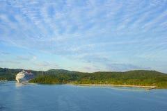 Panorama de la bahía de caoba en Roatan, Honduras Imagenes de archivo