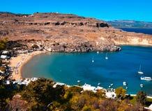 panorama de la bahía de Lindos de la acrópolis los yates son arround que cruza foto de archivo