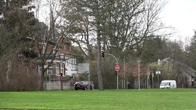 Panorama de la calle Peatones, coches, semáforos enero Nde del ¼ de BÃ alemania almacen de video