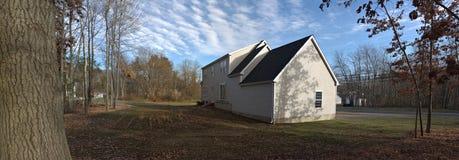 Panorama de la casa y del patio trasero Foto de archivo