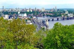 Panorama de la ciudad con los edificios de varios pisos y los nuevos edificios en la orilla del Dnipro Kyiv ucrania fotos de archivo libres de regalías