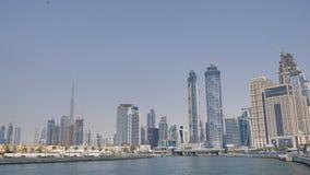 Panorama de la ciudad con los rascacielos del distrito del Griego de Dubai metrajes