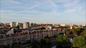 Panorama de la ciudad con un parque y una charca metrajes