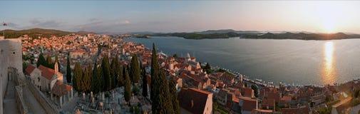 Panorama de la ciudad croata Sibenik Fotos de archivo libres de regalías