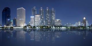 Panorama de la ciudad de Bangkok en la noche Foto de archivo libre de regalías