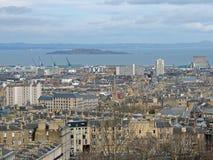 Panorama de la ciudad de Edimburgo con el brazo de mar adelante del río en la distancia Imagen de archivo