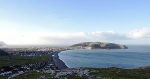 Panorama de la ciudad de Llandudno con la bahía del mar y gran Orme en la distancia Fotos de archivo