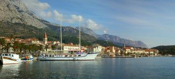 Panorama de la ciudad de Makarska debajo del Biokovo Foto de archivo