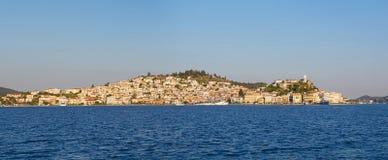 Panorama de la ciudad de Poros Imagen de archivo libre de regalías