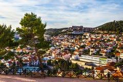 Panorama de la ciudad de Sibenik de la fortaleza del St Michael's fotos de archivo