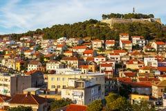 Panorama de la ciudad de Sibenik y de la fortaleza del St Michael's fotografía de archivo libre de regalías