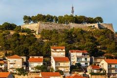 Panorama de la ciudad de Sibenik y de la fortaleza del St Michael's foto de archivo libre de regalías