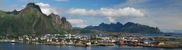 Panorama de la ciudad de Svolvaer en las islas de Lofoten Foto de archivo libre de regalías