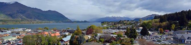 Panorama de la ciudad, del lago y de las montañas de Wanaka en primavera fotografía de archivo