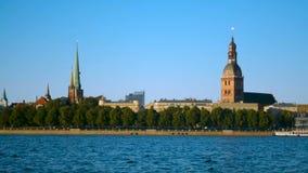 Panorama de la ciudad del papel pintado del paisaje urbano de Riga viejo con el río del Daugava y el cielo claro almacen de video