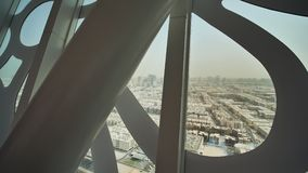 Panorama de la ciudad de Dubai con los diseños originales e inusuales de ventanas Tiroteo en el movimiento El capítulo de Dubai e almacen de metraje de vídeo