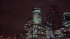Panorama de la ciudad en la noche Movimiento del capítulo de la derecha hacia la izquierda y detrás almacen de metraje de vídeo