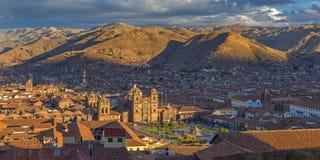 Panorama de la ciudad en la puesta del sol, Perú de Cusco foto de archivo