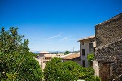 Panorama de la ciudad francesa con los árboles y los tejados Imágenes de archivo libres de regalías