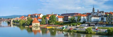 Panorama de la ciudad de Maribor, Eslovenia Río, edificios y montañas de Drava de Maribor Fotos de archivo