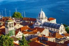 Panorama de la ciudad mediterránea de Sibenik fotos de archivo