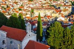Panorama de la ciudad mediterránea de Sibenik imagenes de archivo